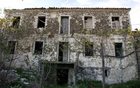 Traditionelles haus kaufen in qeparo albaniaalbania for Traditionelles geschenk zum neuen haus